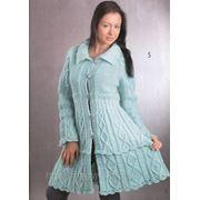 Вязаное пальто с аранскими узорами фото