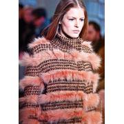 Вязаный свитер с меховой отделкой. фото