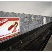 Реклама в метро на путевых стенах фото