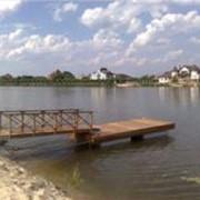 Причалы на бетонных поплавках. Возможно изготовление деревянных причалов различных размеров и конфигураций. фото