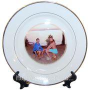 Тарелка с вашим фото на подставке (золотая кайма) фото