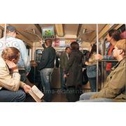Видеоэкраны в метро фото