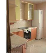 Фасады: Лимон и Оранжевый глянец, корпус: Ваниль. Кухня на заказ с глянцевыми фасадами фото