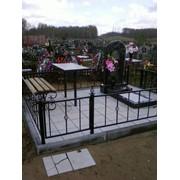 Памятник, ограда, стол, скамейка фото