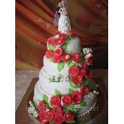 Свадебный торт с розами и фрезиями фото