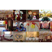 Оформление зала шарами, тканями, живыми цветами. фото