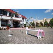 Украшение выездной регистрации Волковыск- скамейка для гостей фото