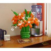 Настольная вазочка с цветами из воздушных шаров фото