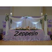 Оформление президиума на свадьбу, украшение тканью, композиции из живых цветов фото