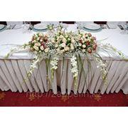 Букет из живых цветов на главный стол фото