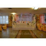 Стол молодоженов с колоннами и вазонами фото