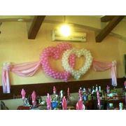 Двойное сердце из воздушных шаров с тканью на свадьбу