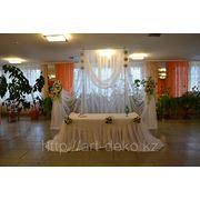 Стол регистрации с цветочными шарами фото