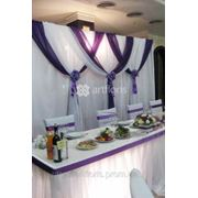 Украшение свадебного стола тканями, оформление цветами стола молодоженов