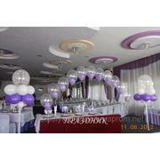 Украшение банкетных залов воздушными шарами, цветами, тканями фото