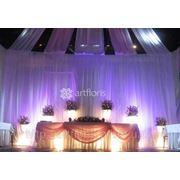 Оформление зала цветами, композиции на столы, подсвечники, арка из живых цветов, украшение цветами салфеток и бокалов фото