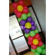 Оформление шарами с гелием, украшение шарами, запуск шаров в небо фото