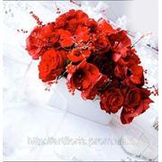Украшение стола цветами, оформление тканью стола молодоженов, свадебный фон, цветы на стол молодых, композиции на столы гостей фото