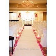 Модный свадебный декор, оформление живыми цветами, тканями, новинки свадебного сезона 2012 фото