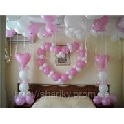 Украшение номера молодожён воздушными шарами. фото