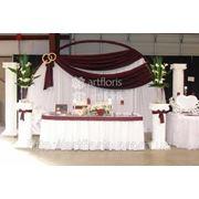 Украшение свадебного стола и фона, оформление президиума тканями и цветами фотография