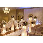 Свадебные арки, цветочные стойки, колонны, чехлы на стулья, скатерти, юбки, аренда цветов фото