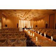 Свадебное оформление с подсветкой, украшение зала, чехлы, дорожка, арка, цветы, шары фото