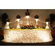 Цветочные стойки с подсветкой для оформления зала или выездной церемонии. Композиции из живых и искусственных цветов на цветочные стойки фото