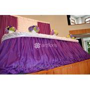 Красивые фуршетные юбки на свадебный президиум, стильные фоны и ширмы за молодоженами фото