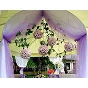 Свадебная арка с подвесными композициями фото