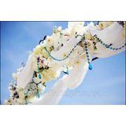 Цветочные арки, свадебные арки из живых и искусственных цветов, арка для росписи, арка для выездной церемонии фото