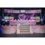 Оформление свадьбы цветами, украшение зала тканями, свадебное оформление декорациями фото