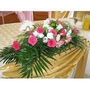 Букет на свадебный стол, роза, альстромерия, эустома, зелень фото