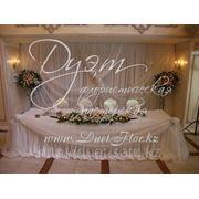 Декорирование зала на свадьбу цветами и тканями. фото