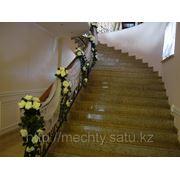 Лестничное оформление, драпировка тканью, живые и искусственные цветы, НЕДОРОГО, в Алматы фото