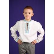 Подростковая вышиванка для мальчика, с вышивкой в национальных цветах на полочках, горловине и рукавах изделия фото