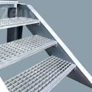 Решетчатые ступени маршрутных лестниц возле трубопроводов фото