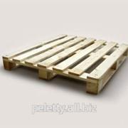 Грузовой деревянный поддон фото