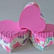 Набор бело-малиновых с цветами коробок-сердец из 3 шт 570457 фото