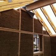 Энергосберегающий дом из прессованной соломы или камыша в деревянном каркасе фото