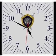 Часы со стеклянным дисплеем в деревянном обрамлении по бокам. фото