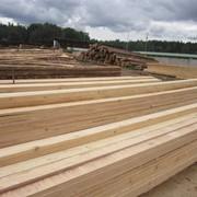 Распиловка древесины на территории предприятия фото