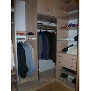Кассетница с узкими полками позволит разместить мелкие предметы одежды. фото