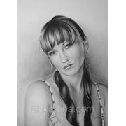 Черно-белый портрет девушки погрудно фото