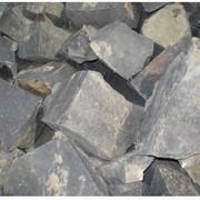 Камень бутовый гранитный. Используется для облицовки заборов, подпорных стен, для садово-паркового дизайна, для укрепления берегов, возведения плотин, цоколя, фундаментов, оград. фото