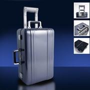 Полированный голубой дорожный чемодан с портпледом фото