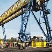 Мостовые грейферные перегружатели для подъемно-транспортных операций: грузовые потоки в морских, речных портах фото