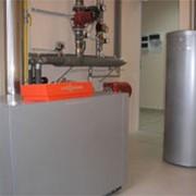 Гибридная установка возобновляемых источников тепловой энергии (воздушные тепловые насосы и гелиополе с латентным аккумулятором тепла), используемую для качественного и бесперебойного обеспечения объектов горячей водо фото
