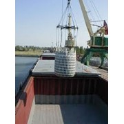 Перевалка грузов в порту фото
