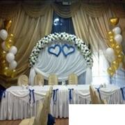 Оформление зала воздушными шарами и тканями фото